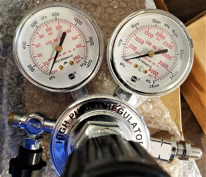 SMITH CO. HIGH PURITY COMPRESSED GAS REGULATOR HPS270-125-4F-BV