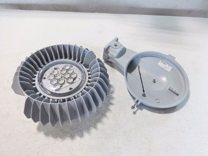 APPLETON MERCMASTER LED FIXTURE TYPE V MLEDN17P5BU W/ WALL MOUNT HOOD KPWB75